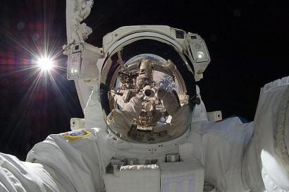 800px-ISS-32_American_EVA_b3_Aki_Hoshide_610x405